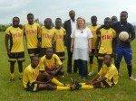 L'Ambassadrice du foot dans les Grands Lacs, de passage au Burundi et en RDC! dans Ils ont dit pose-avec-les-joueurs-ecofoot-kabare1-150x112